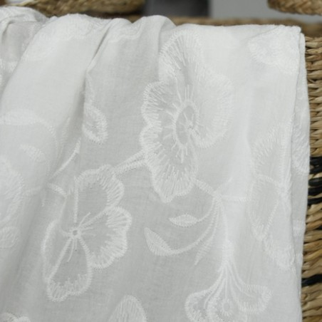 tissu brodé fleurs blanc