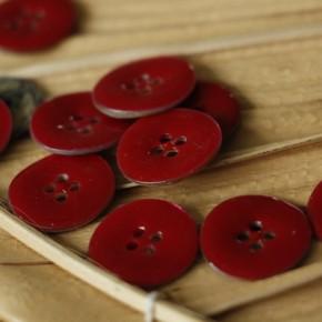 bouton nacre émaillé rouge - un chat sur un fil