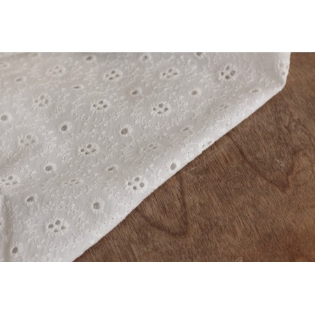 tissu coton brodé blanc cassé