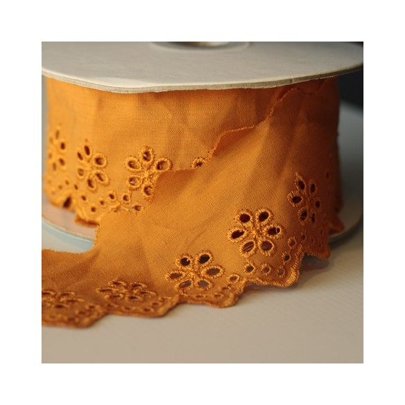 Galon broderie anglaise fleurs 50 mm - moutarde
